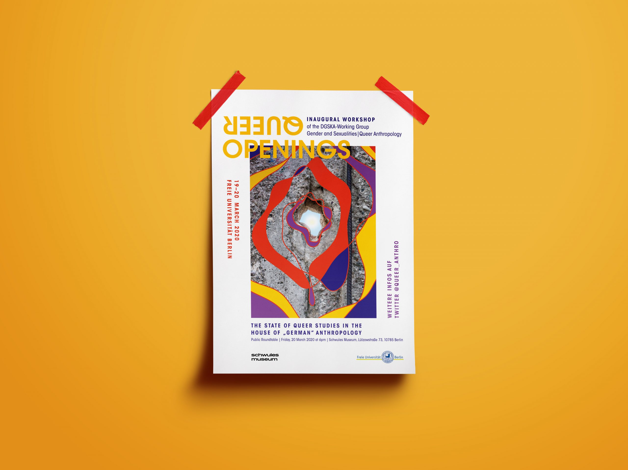 """Plakat für einen einen Workshop """"Queer Opening"""" klebt mit roten Klebestreifen an einer sonnegelben Wand."""